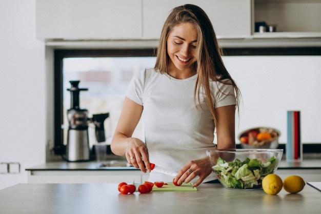 jeune-femme-confection-salade-cuisine_1303-20191 (1)